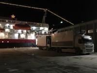 MS Vesterålen och en lastbil i Hurtigrutens färger i Skjervøy.