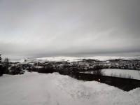 Kirkenes i vinterskrud.
