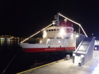 MS Vesterålen lyser upp natten i Tromsø.