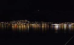 En del av Tromsø speglar sig i vattnet.