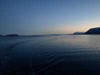 Vattnet ligger lugnt medan MS Vesterålen parerar mellan markeringarna i farleden.