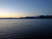 Det är fint med kontrasterna mellan havets vatten och bergens snöklädda toppar.