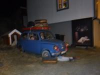 I Stamsund stod denna gamla bil uppställd, med vad som verkade föreställa semesterfirare från en tid som flytt.