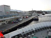 MS Vesterålen lägger till i Sandnessjøen, då fartyget efter en stunds kämpande lyckats ta sig in till kajen i den kraftiga motvinden.