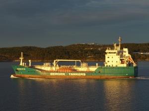 MS Vesterålen kör sakta om tankfartyget Bergen Star.