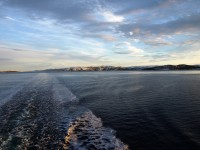 Dieselmotorerna får havet att skumma bakom fartyget.