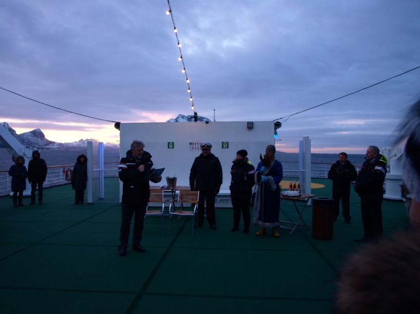 Polcirkelceremoni ute på akterdäcket på MS Vesterålen tillsammans med Kung Neptun.