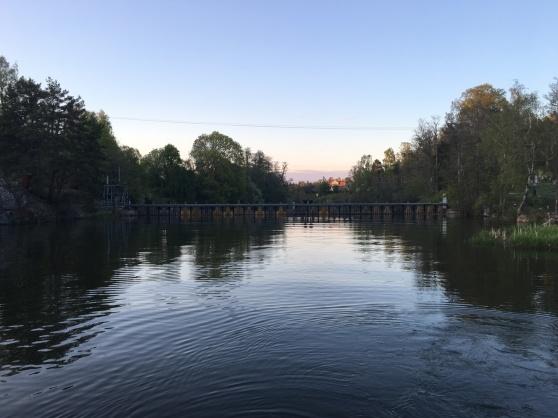 Här stoppas vi av första dammen i närheten av Rosenfors kraftverk, längst österut i Hjälmaren.