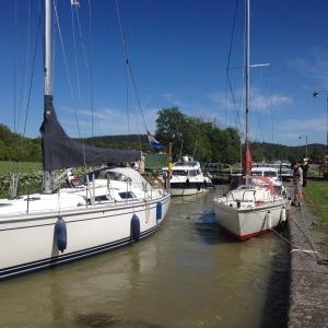 Här är vi två motorbåtar och två segelbåtar som delar slussbassäng i Göta kanal.