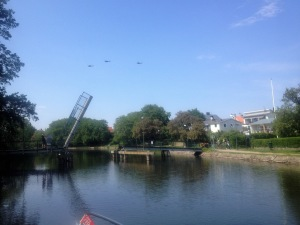 Broöppning i Kinda kanal, samtidigt som några flygplan befinner sig uppe i luften.