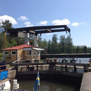 Slussen i Tåtorp är en av de två slussarna i hela Göta kanal som är helt manuella och handmanövrerade, utan någon hjälp av hydraulik.
