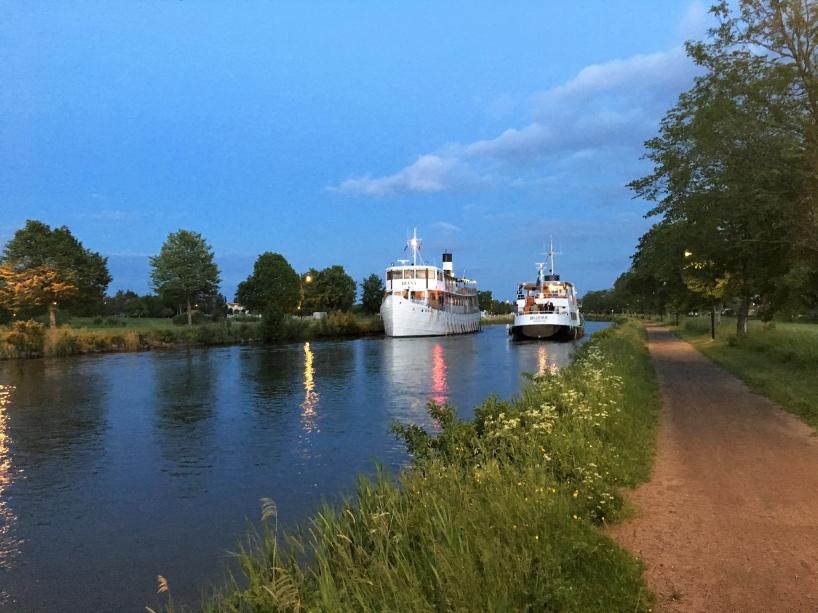 I Töreboda på kvällen den 8:e juni, så möttes M/S Diana (som var på väg från Stockholm till Göteborg, via Göta kanal) och M/S Bellevue (som varit ute på en kvällskrysning).