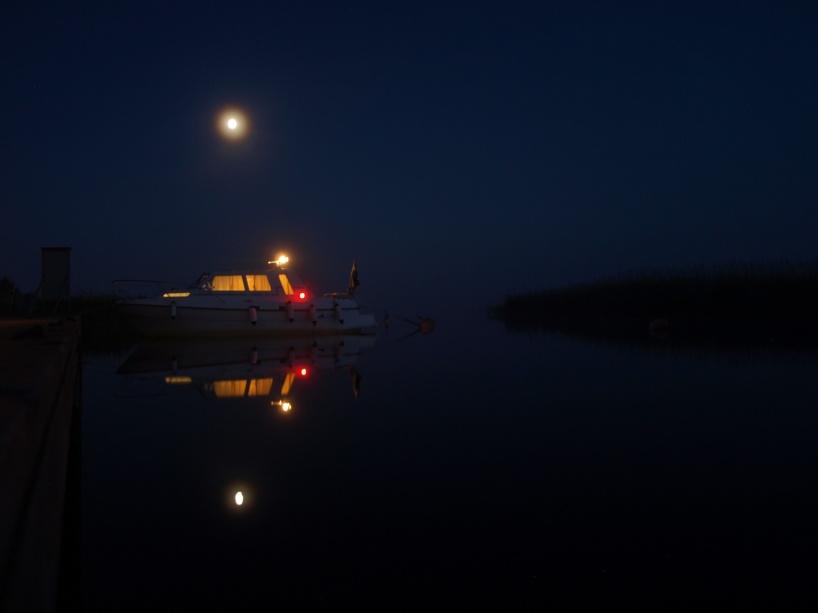 I sommarnatten vakar månen över spegelblanka Vänern, vid Ekenäs.