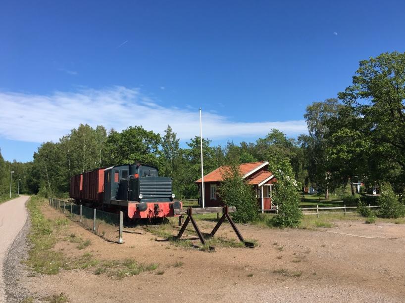 Ett uppställt tåg, på den kvarvarande spårstumpen i Otterbäcken.