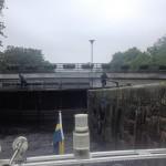 Slussning en regnig dag i slussen i Pråmkanalen i Karlstad.