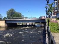 I Säffle strömmar Byälven fritt, bredvid Säffle kanal och kanalens sluss.