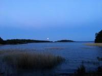 Månen lyser vid Vänern, den 17:e juni 2019.