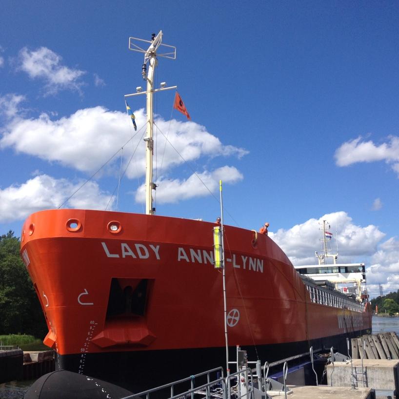Lady Anne-Lynn kör in i Brinkebergskulles sluss.