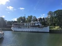 M/S Diana har stannat till i Trollhättan, under sin färd från Stockholm till Göteborg, via både Göta kanal och Trollhätte kanal.
