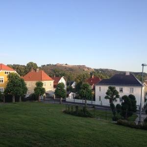 Hus i Halden, med Fredrikstens fästning i bakgrunden.