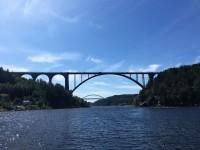 Svinesundsbroarna, där Gamla Svinesundsbron är närmast i bild och den nya Svinesundsbron skymtar i bakgrunden på bilden.