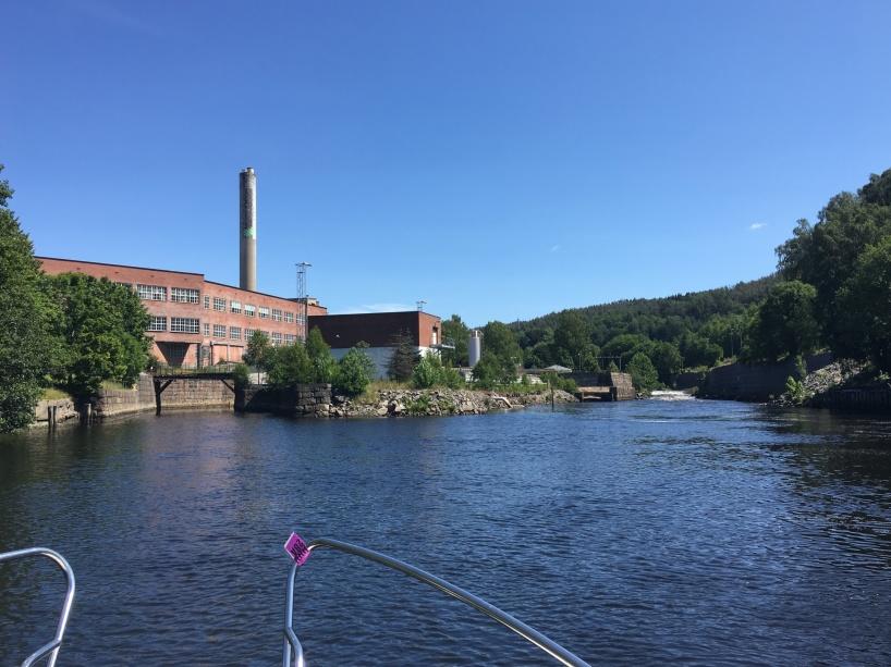 Om man svänger in under bron till vänster i bild, så kommer man till Porsnes sluss i Tista kanal.