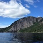Branta klippväggar invid Telemarkskanalens vattensystem.