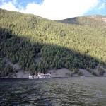 Vi blir omkörda av M/S Victoria i sjön Bandak.