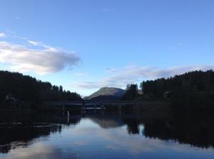 """Den öppningsbara gamla bron """"Sundkil bru"""" i förgrunden och den högre, men fasta nyare bron """"Kviteseid bru"""" skymtar i bakgrunden."""