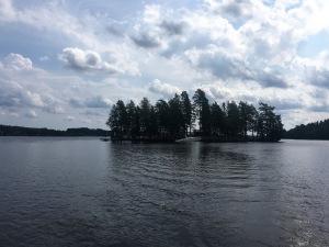 """""""Karlskoga Bofors Motorbåtsklubb"""" har både bryggor och klubblokal på ön Sträcknäsholmen, som kallas för """"Klubbholmen"""", och som är belägen i sjön Lonnen."""