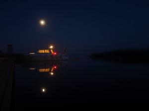 Månen vakar över min båt vid Ekenäs vid Vänern.