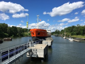 Lastfartyget Lady Anne-Lynn glider in i Brinkebergskulles sluss i Trollhätte kanal.