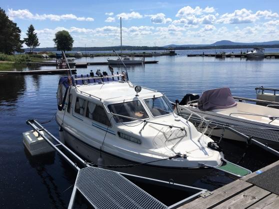 En fin Bella 7000 i Nusnäs, och långt bort i bakgrunden så skymtar min båt som är en Bella 7002.