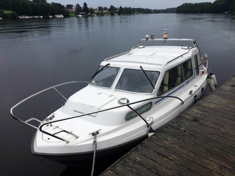"""Vi har stannat till vid ångbåtsbryggan vid """"Matjes Emils gård"""" i Borlänge."""