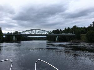 Jag har vänt om vid Forshuvudforsens kraftverk och är på väg tillbaka under Forshuvudbron, som är en före detta järnvägsbro.