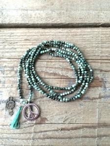 Halsband med PEACE berlock