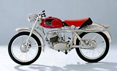 1959 års modell fick en annan design på bensintanken som dessutom hade en mindre volym. Orsaken till detta var att vevaxeln blivit tyngre för att minska vibrationerna och denna viktökning kompenserades med mindre bensinvolym. Motorns effekt var nu 9.5 hk.