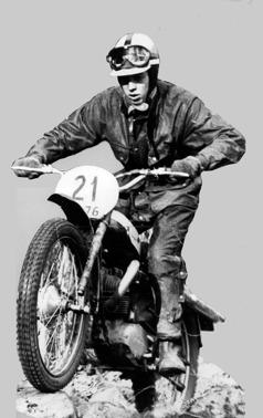 Dane Glantz jobbade på motorlaboratoriet med bland annat mopedmotorer men fick ibland rycka in som testförare av Silverpilen. När han köpte sig en egen, modifierade han den som många andra för tävlingsbruk. I hans fall för trial.
