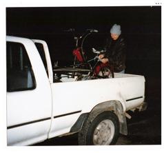 Även nästa gång som min kompis ska titta på en flaka så lånar han grannens pickup. Bra att ha om det blir affär. Och det blir det; moppen i Rotebro går bra och helhetsintrycket och priset gör att Hadar omgående slår till på HPD:n; en Fram-King med Sachsmotor och Rextank.