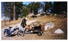 Hadar och jag har egna mopedutflykter på vägarna runt hans domäner. Han har f.n. fyra moppar så jag använder oftast en av hans. Min favorit är den blå Puchen med automat. Flakmoppen är perfekt för matsäckskorgen, reservdunk, verktyg och annat nödvändigt på utflykterna.