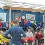 Tävlingsledaren går igenom reglerna för körning tillsammans med Svemorepresentanten.Per Sundelius tävlingsledare.