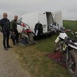 Här servas Tiumph Metisse o Bultaco cross före racet.