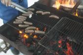 Mikael grillar våra små färskkorvar med citron och kryddor som är mångas favorit, köttet är får såklart!