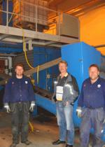 Hans Helander, Mikael Edlund EMbesökare och Anders Karlsson framför den enkla Installationen som tillför EM till kompostmaterialet. Plastkontainern fylls på med EM brukslösning som med självtryck via