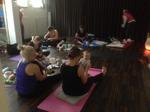 Föräldrar och barn som yogar.