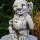 Troll med påk trädgårdskonst