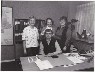 """Hallands-Bild Foto: Bo Tornevall. Kontorsanställda på HSB 1985. Ulla Johansson, Rut """"Puck"""" Zackesson, Hanne Lindström. Sittande: Olle Skoog"""