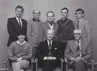 Hallands-Bild Foto: Bo Tornevall. HSB Varbergs styrelse 1985. Ture Isaksson, John-Henry Johansson, Helge Karlsson, Bertil Karlsson, Olle Skoog. Sittande: Lena Berg, Alf Ulmeborn och Arvid Ericsson.
