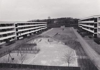 Hallands Bild Foto: Börje Försäter. Lekplatsen mellan hus B och C på 1970-talet.