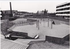Hallands-Bild Foto: Börje Försäter. Lekplats på Trädlyckan mellan hus D och E. 1970-talet
